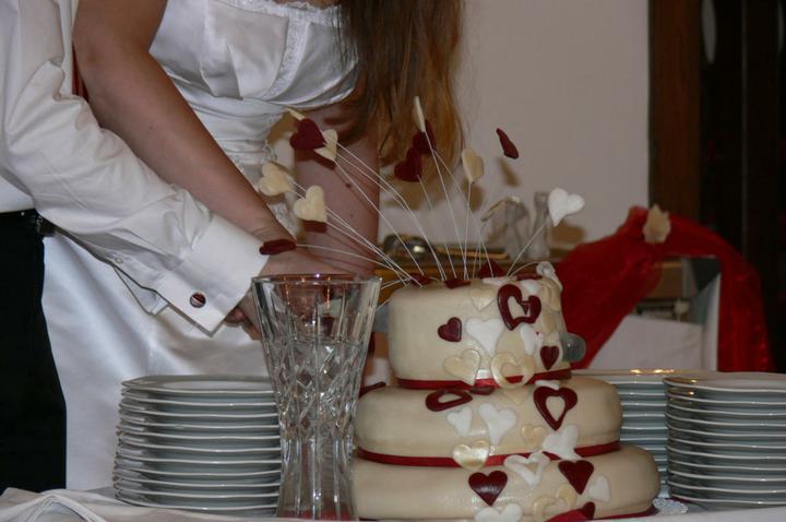 Markéta{{_AND_}}Lukáš - Cukrářská chirurgie :-) Chudák dort už zhroucenej jak po infarktu. Taky od manželovo kolegy