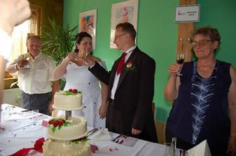 Přípitek ke svatbě patří