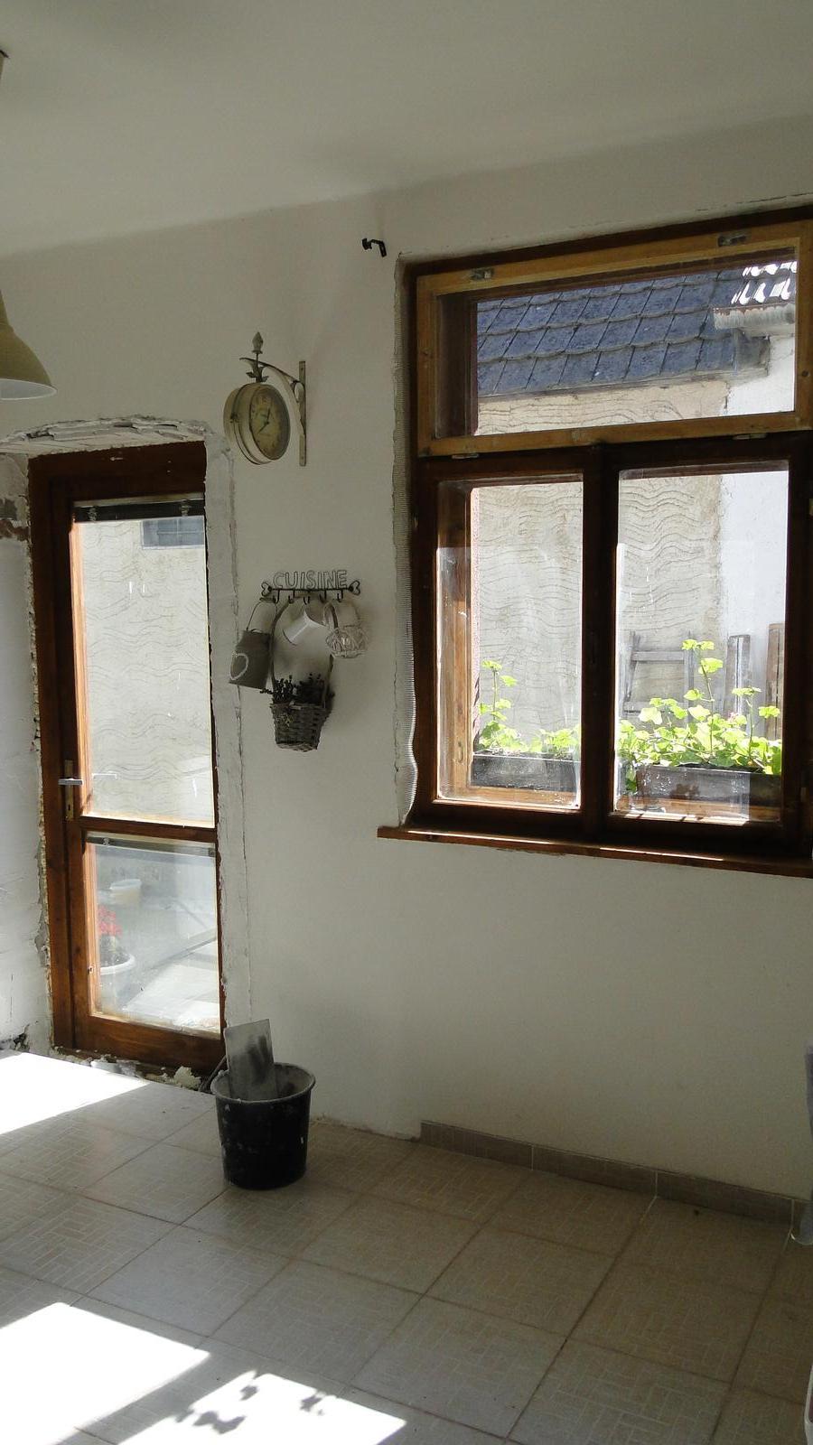 Bejvavalo - pribudli nam dvere, bude viac svetla juch. aa pustili sme sa do cistenia okien je to makacka ale stoji to za to :)