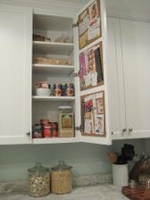 korkové tabulky/nástěnky na vnitřní straně dvířek na recepty nebo cokoli jiného