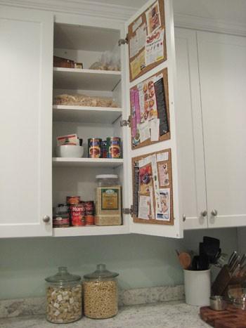 Chytré nápady - korkové tabulky/nástěnky na vnitřní straně dvířek na recepty nebo cokoli jiného