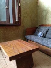 je tam i tapetka a okýnka, celkem to má dvě místnosti ...