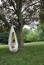 Když si děti čtou na zahradě. Co víc si v době tabletů a facebooku přát...