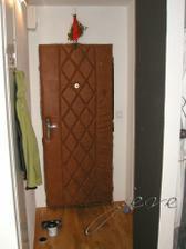 je v nem zrekonstruovany kazdy cm ctverecni, treba pro porovnani, puvodni dvere ...