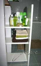 pod pracovni deskou v koupelne je vysouvaci kontejner