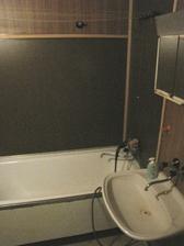 koupelna bude, jak jinak, bílá ... obyčejné dlaždičky