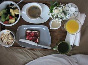 a dostala snídani na takovýmhle obrtácu, na který by se vešlo tuze moc chlebíčků, zejména humrových :)