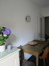 v nove kuchyni ... se strasne starym stolem a zidli puvodne na vyhozeni