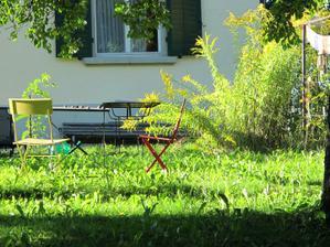 lidi posedavaji na zahradach