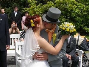 Naše první novomanželské políbení