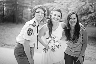 V uniformě Týnka (vlasy by Janička, make-up by Martina) a vpravo Verča - naše úúúžasná floristka
