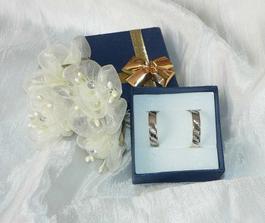 Svatební prstýnky. Dvojí zlato - na mojí žádost, abych mohla nosit s bílým i žlutým. Zlatnictví Štefánikova ul. Pha 5 -  úžasná obsluha i cena.