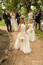 Příchod nevěsty...jak vidíte, házení lístků je činnost vyžadující MAXIMÁLNÍ soustředění!