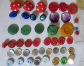 Gombíky farebné,