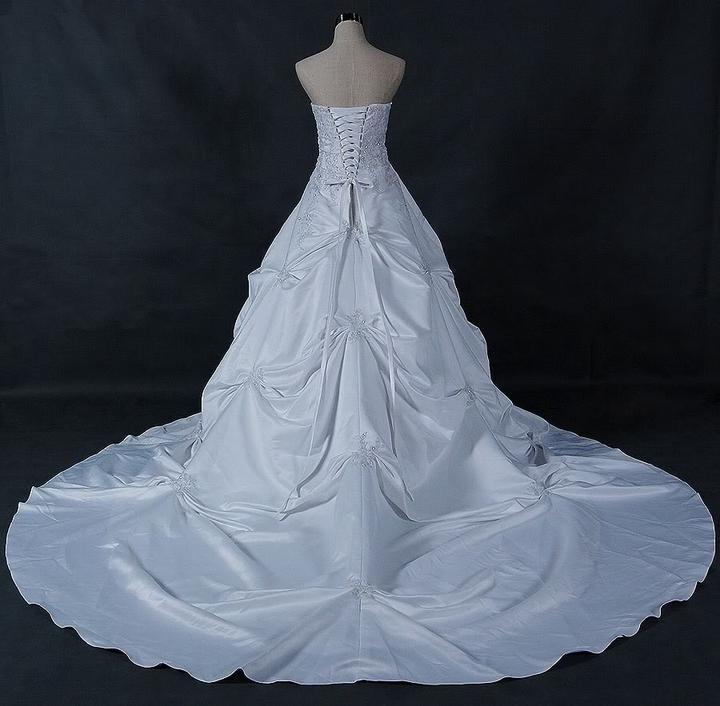 Moje vysnívane šaty :-) - a ta vlečka je neskutočnáá :-)