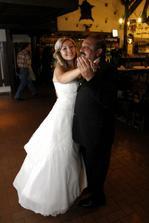 Táta byl k nezastavení,po 4 písničce jsem se musela vypařit :-) měl ze svatebčanů největší výdž,prohnal všechny přítomné ženy :-D