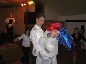 krásná falešná nevěsta, závoj už jí spadl...