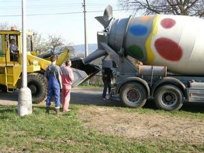 přijelo vajíčko s betonem
