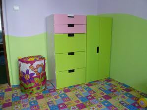 Dvě skříňky ze tří jsou již na svém místě. Tu třetí zatím nahrazuje dětský koš na hračky :o)