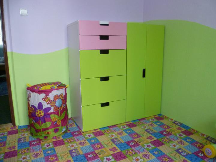 Dětský pokojík pro naší Karolínku :o) - Dvě skříňky ze tří jsou již na svém místě. Tu třetí zatím nahrazuje dětský koš na hračky :o)