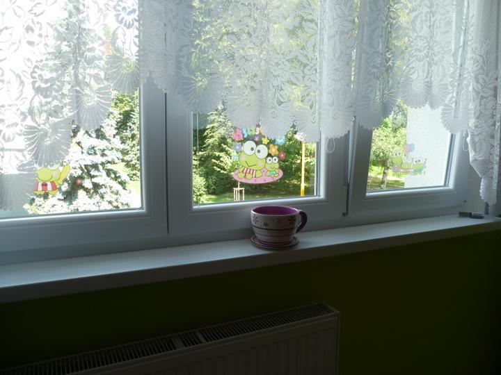 Dětský pokojík pro naší Karolínku :o) - Nová dekorace do okna - milované žabičky :)