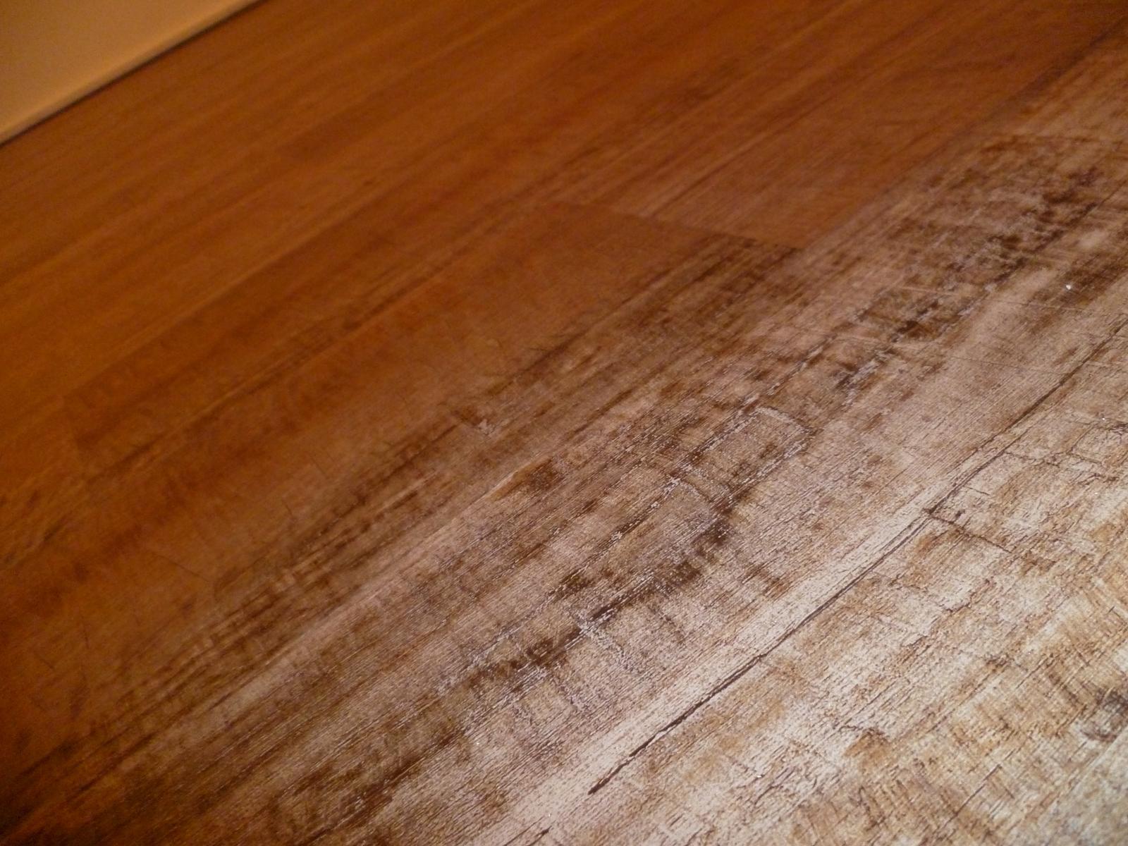 Máme položenou podlahu!! Jupííí :-) ...sice zatím bez lišt, ale je. Lepený vinyl Farmářské dřevo - a líbí :-) - Obrázek č. 1