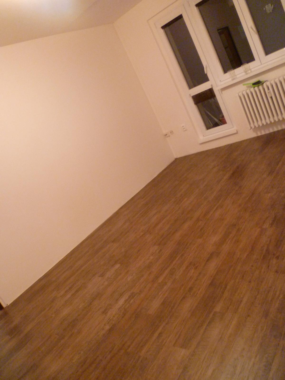 Máme položenou podlahu!! Jupííí :-) ...sice zatím bez lišt, ale je. Lepený vinyl Farmářské dřevo - a líbí :-) - Obrázek č. 2