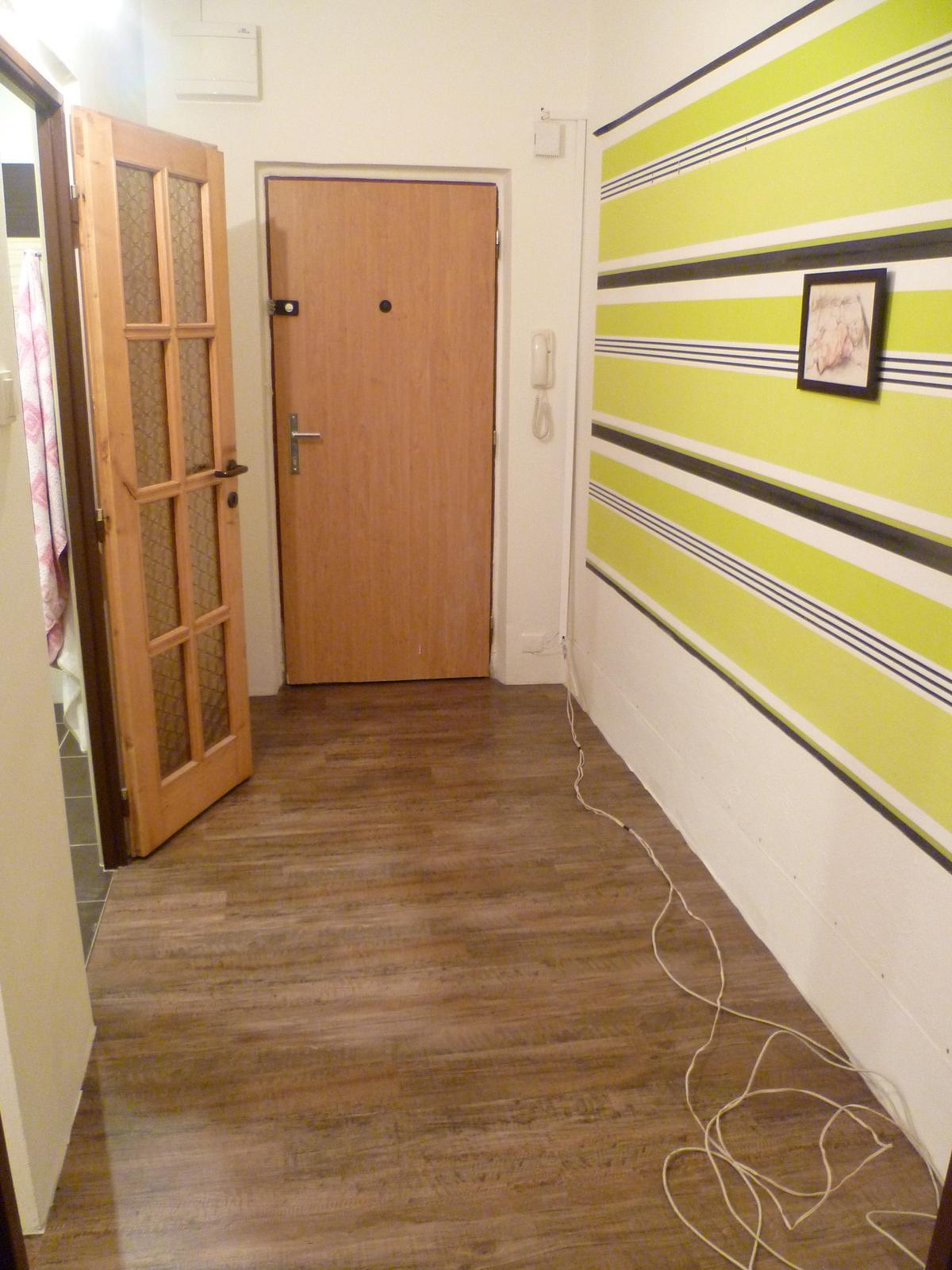 Máme položenou podlahu!! Jupííí :-) ...sice zatím bez lišt, ale je. Lepený vinyl Farmářské dřevo - a líbí :-) - Obrázek č. 3