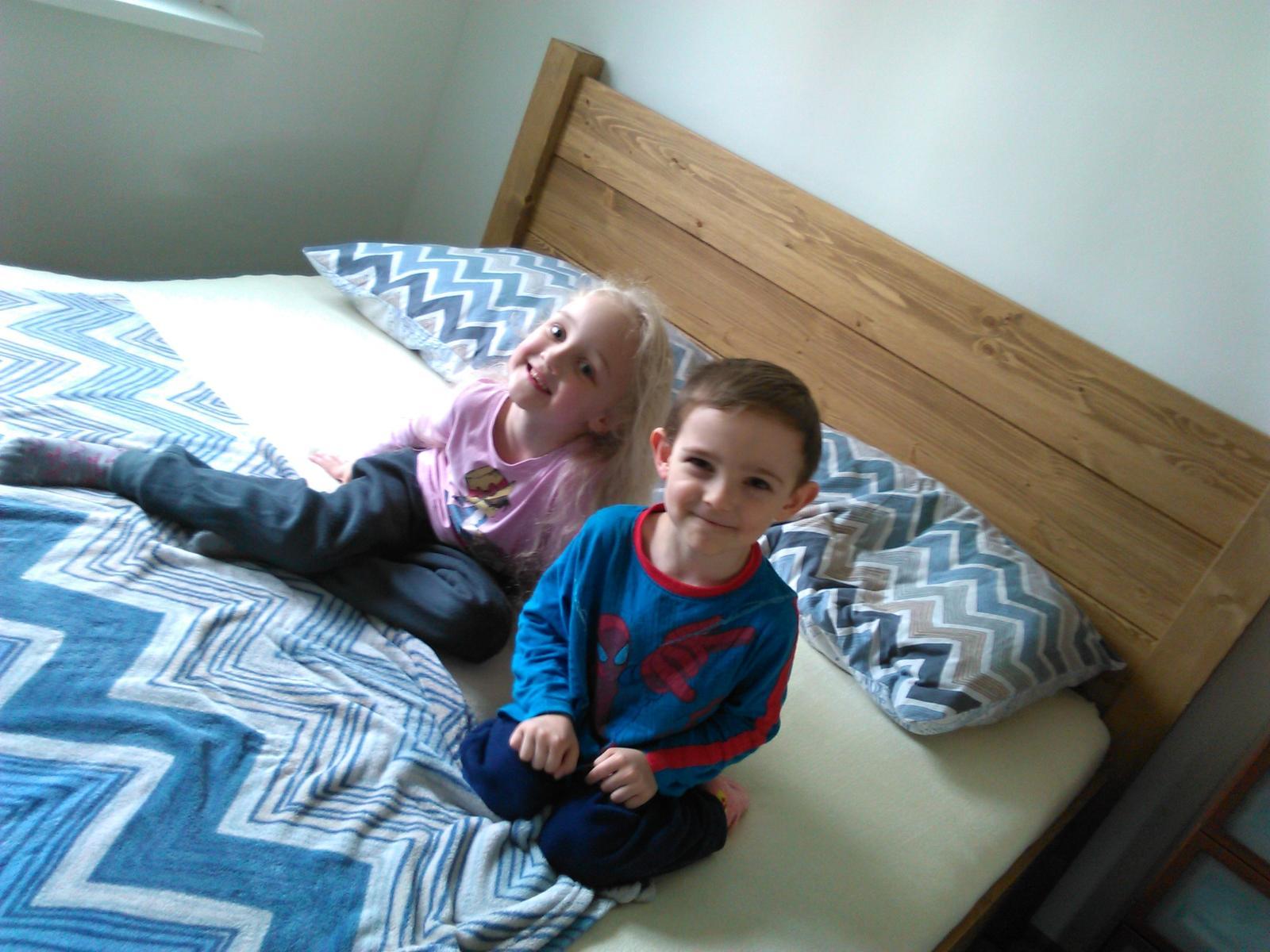 Naše nová, borovicová postel, GABON BIG, hlavové čelo zvýšené na 115 cm :-) ...je super! - Obrázek č. 2