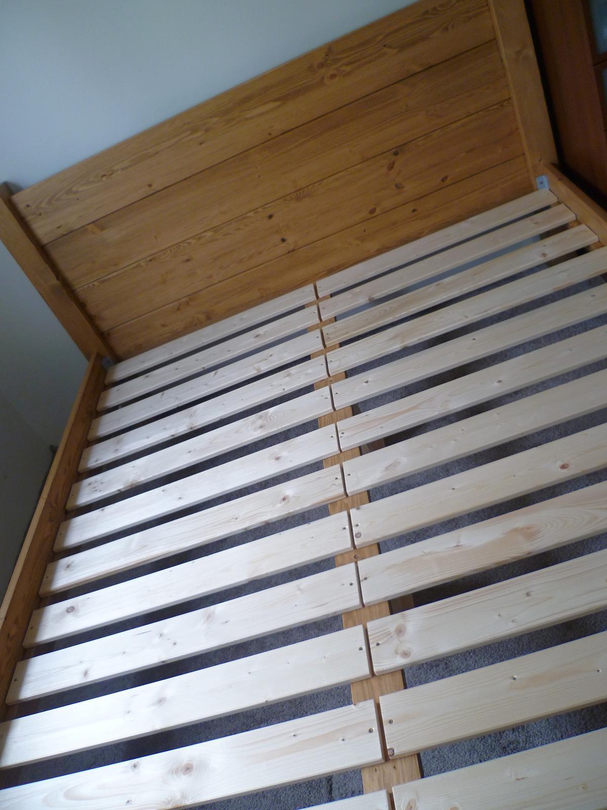 Naše nová, borovicová postel, GABON BIG, hlavové čelo zvýšené na 115 cm :-) ...je super! - rošt je napevno...