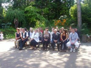 Usazení hosté v Meditační zahradě ...