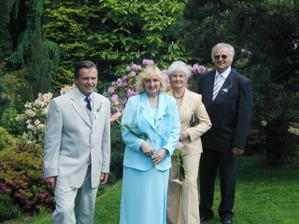 Vlevo rodiče ženicha, na pravo rodiče nevěsty