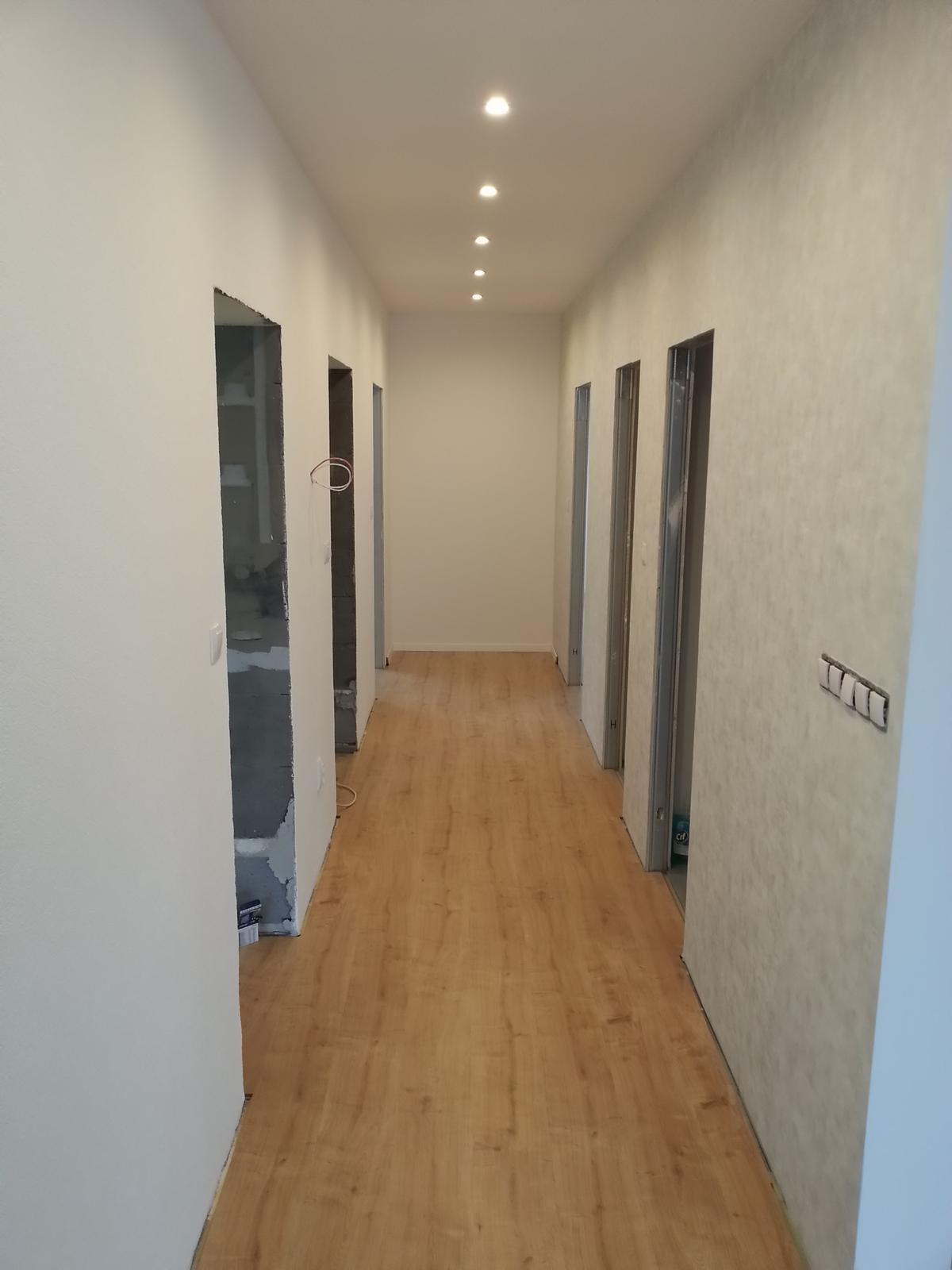 InTeRiEr -  ExTeRiEr - Uplne dozadu na chodbe pride vstavana skrina, dvere na nej budu len zrkadla.