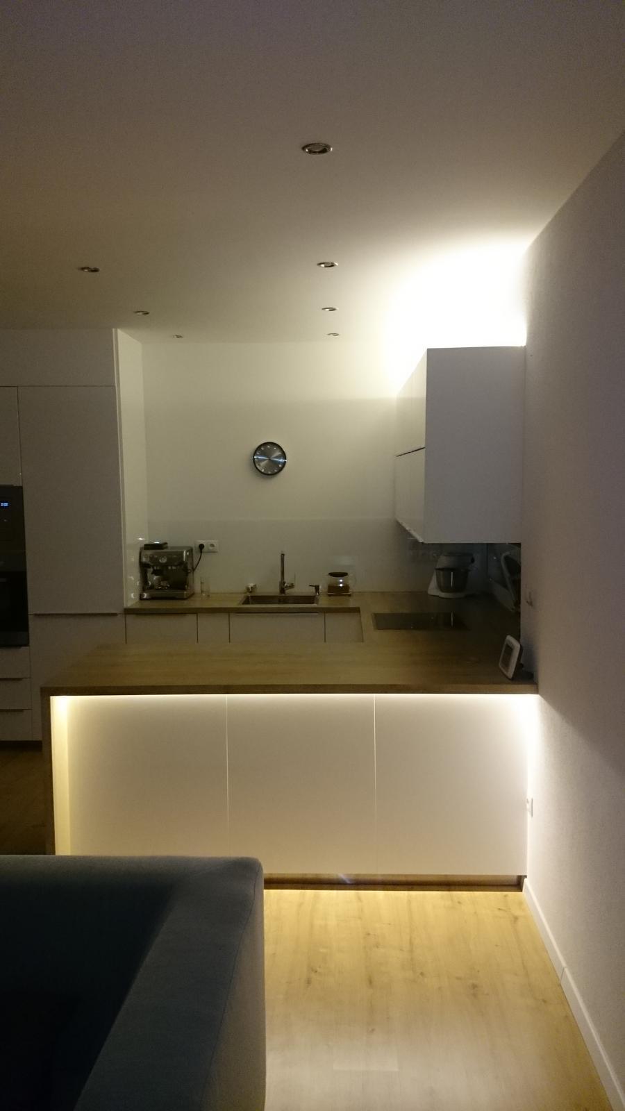 InTeRiEr -  ExTeRiEr - Montujeme LED osvetlenie, aj nad aj pod skrinkou aj pod barom
