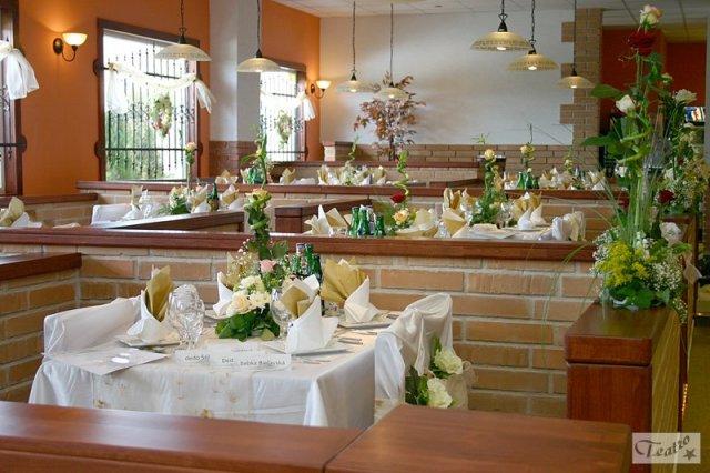 Naše 13.6.2008 - vyzdoba stolov v restike :) my radsej trosku menej nacackane ;)