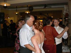 taneček (já s mou maminkou a manželka s mým tatínkem)