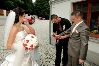 A teď hezky připoutat novomanžele k sobě :-D