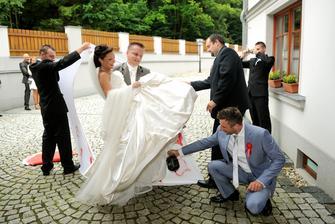 Manžel mě zvládl pronést i s koulí na noze - za asistence svědka :-D
