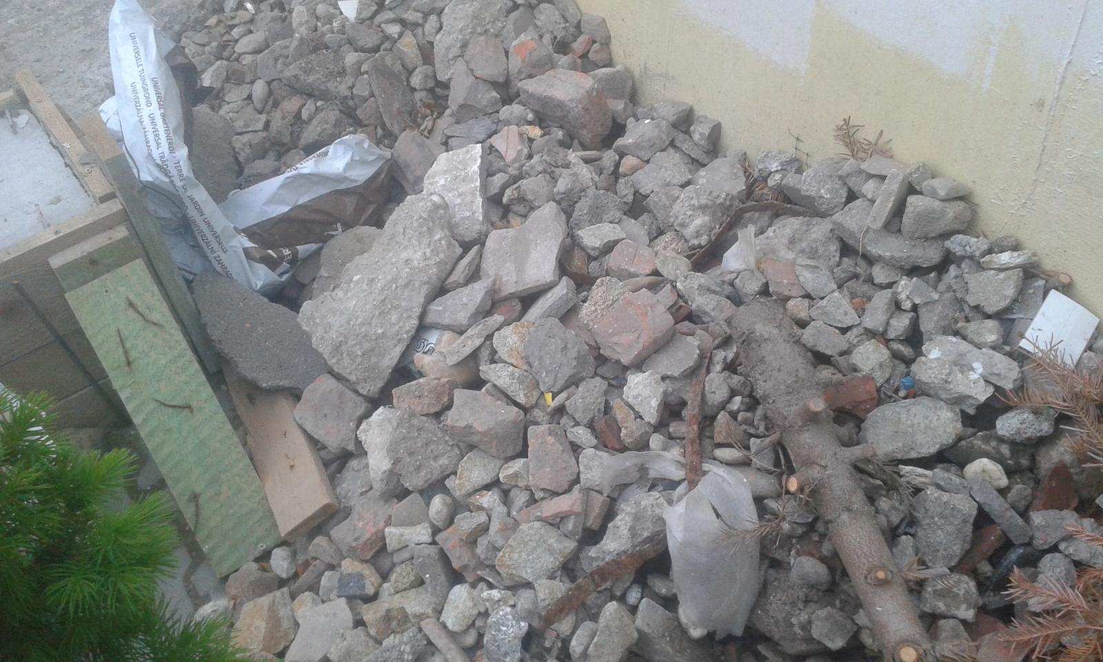 Naše átrium - len mensia časť odpadu z čistenia úzkeho záhona na okraji