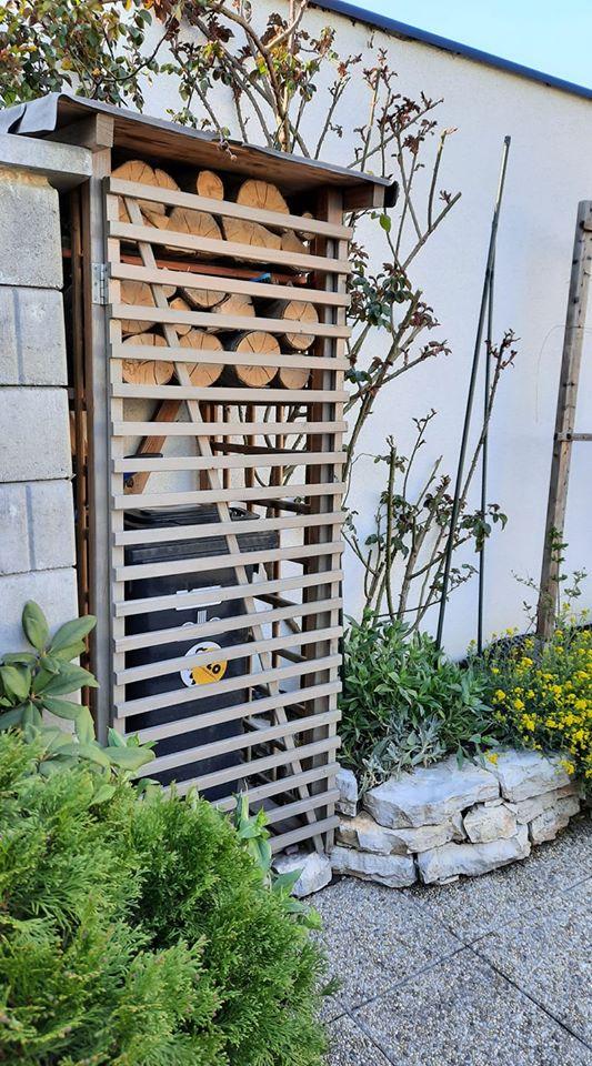 """@zuzazosa my to mame takto pri brane. Je to klietka na drevo z bauhausu a plotovy diel, z ktoreho som spravil dvierka. Pri skladani som klietku trochu skratil (sirku), aby tam tie """"dvierka"""" pasovali. - Obrázok č. 1"""