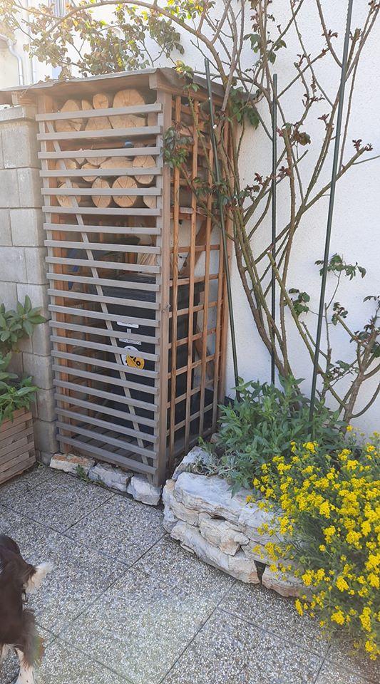 """@zuzazosa my to mame takto pri brane. Je to klietka na drevo z bauhausu a plotovy diel, z ktoreho som spravil dvierka. Pri skladani som klietku trochu skratil (sirku), aby tam tie """"dvierka"""" pasovali. - Obrázok č. 2"""