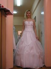 Zkouška šatů v salonu Nevěsta - nic moc...ten korzet mi fakt neseděl.