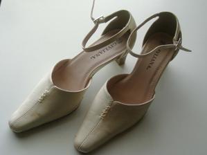 Sehnala jsem krémové botky - vybírala jsem tak, aby byly pohodlné a mohla jsem je nosit i po svatbě
