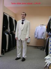 A máme světlý smoking! Tohle je můj milovaný ženich ve vybraném obleku - boty bude mít samozřejmě světlé :-) Oblek jsme vybrali v salonu NEVĚSTA v Praze za příjemnou cenu