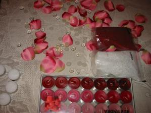 Budeme mít čajové svíčky vínové, vanilkové a okolo poházené plastové kytičky...