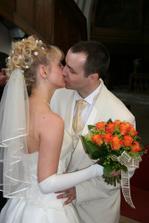 A první krásný a dlouhý novomanželský polibek...