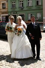 Krásná fotka s rodiči před kostelem