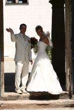 Tímhle zamáváním a romantickou písničkou  končí naše svatební videokazeta...