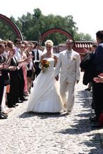 Právě přicházíme na Frankův dvůr, svatebčané nám vytvořili špalír a zatleskali :-)