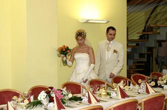 Vcházíme dovnitř a jdeme se usadit ke svatební hostině